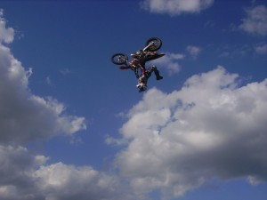 Freestyle Motorcross beim Backflip