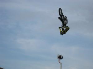 Tricks mit dem Motorrad in einigen Metern Höhe
