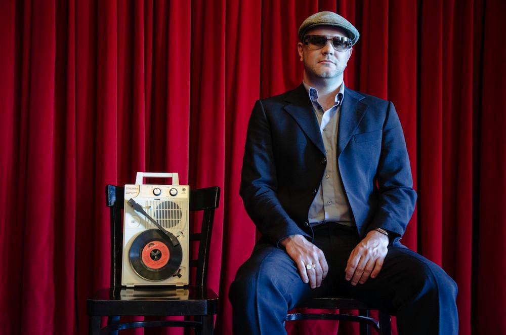 DJ Marc Hype aus Berlin steht beim Warm Up zum fokus Festival an den Plattentellern